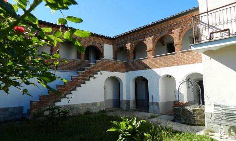 Piccolo e antico monastero con terreno sulle colline di Spigno Monferrato