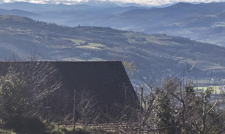 Tipico cascinale in pietra con terreno di pregio e vista mozzafiato