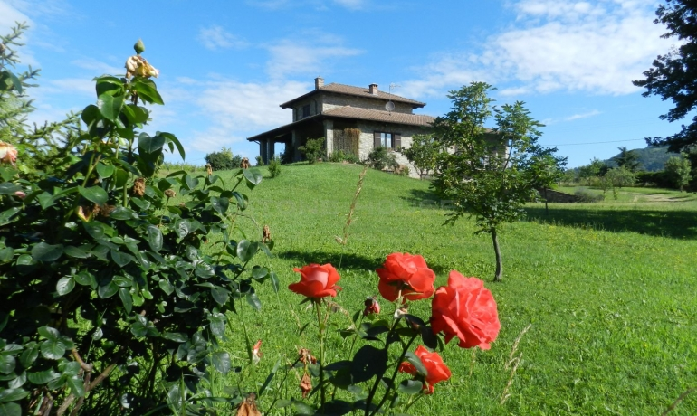 Splendida villa in pietra di langa circonda da verdeggianti prati