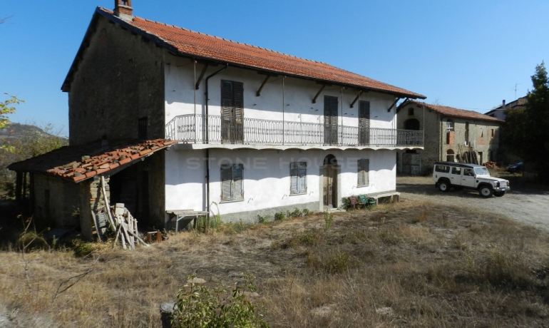Original and ancient Piedmontese farmhouse with land