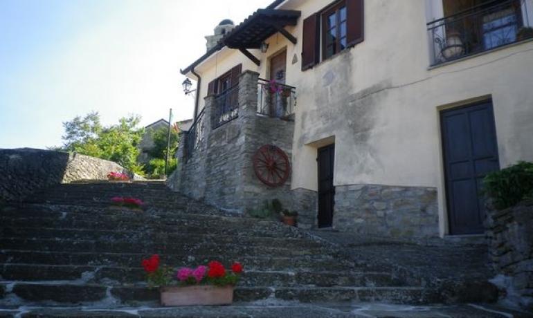 Casa ristrutturata nella bellissima e antica borgata di Montechiaro d'Acqui