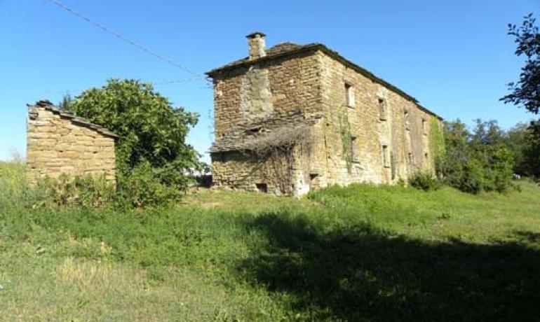 Autentico Rustico in pietra in alta collina con terreno e vista panoramica