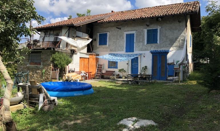 Antico casale tipico piemontese con stupenda vista sulle colline  e sulle vigne, patrimonio Unesco, e sulle alpi.
