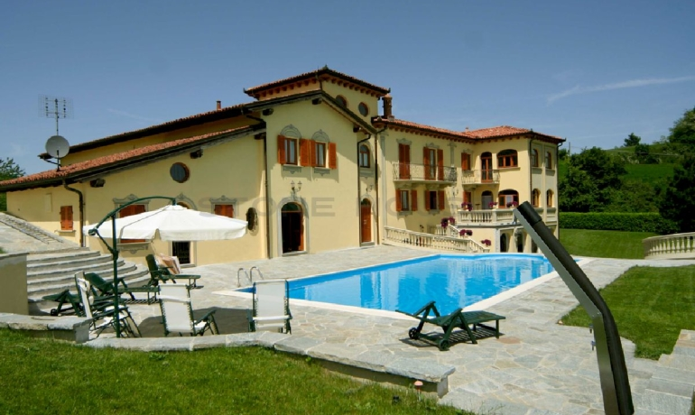 Luxury villa in Murazzano, a terrace on the Langhe